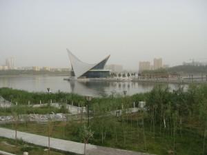 """Parkløpet i Kashgar gikk ved en kunstig innsjø med  lokalt """"operahus"""" som blikkfang."""